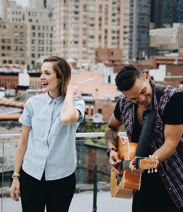 Laulaja ja kitaransoittaja katolla