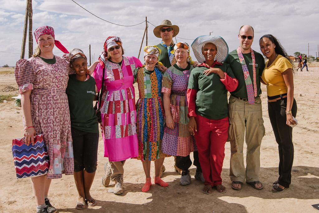 Operaatio Juuriharja valmennusryhmä pukeutuneena perinteisiin nama-heimon asuihin